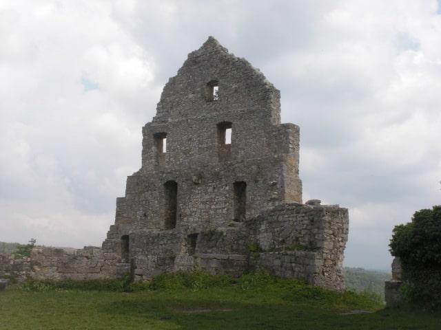 Fürstlich thronen Ruinenreste über der Festung Hohenurach bei Bad Urach