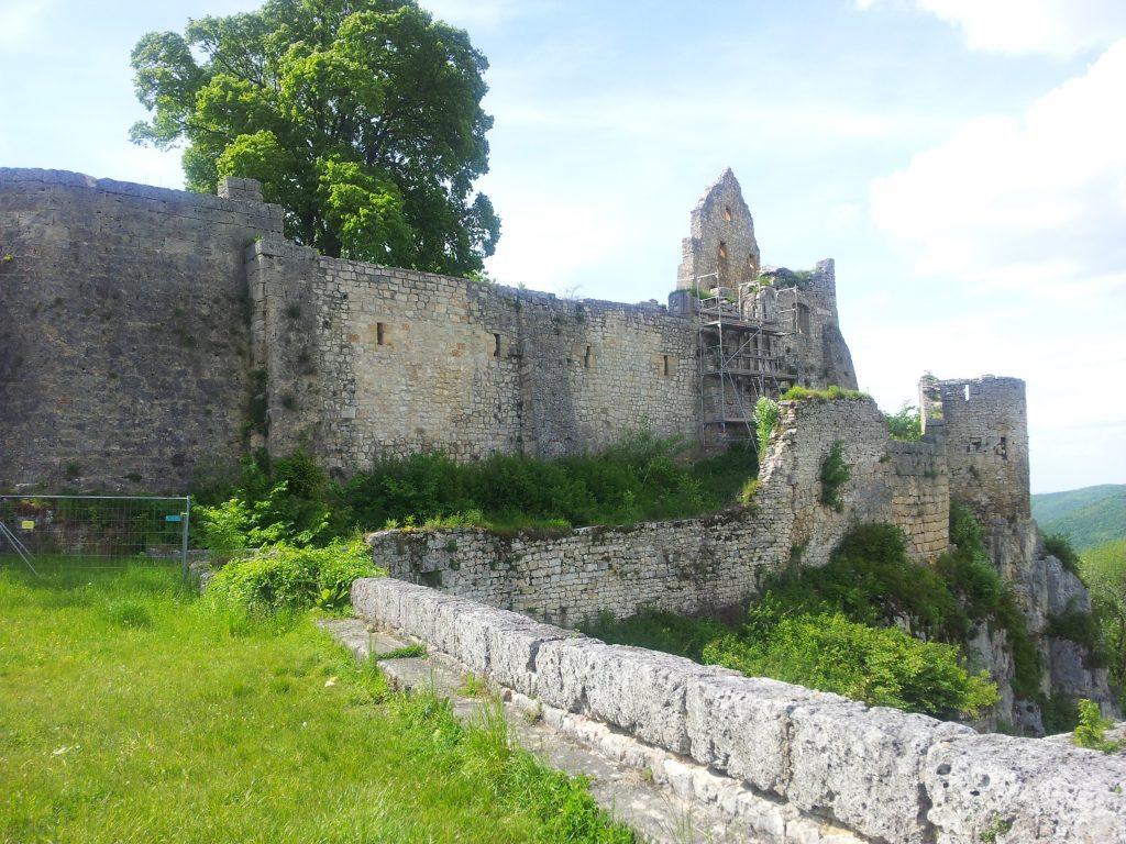 Drum herum laufen an der Burg Hohenurach ist leider nicht: gesperrt!