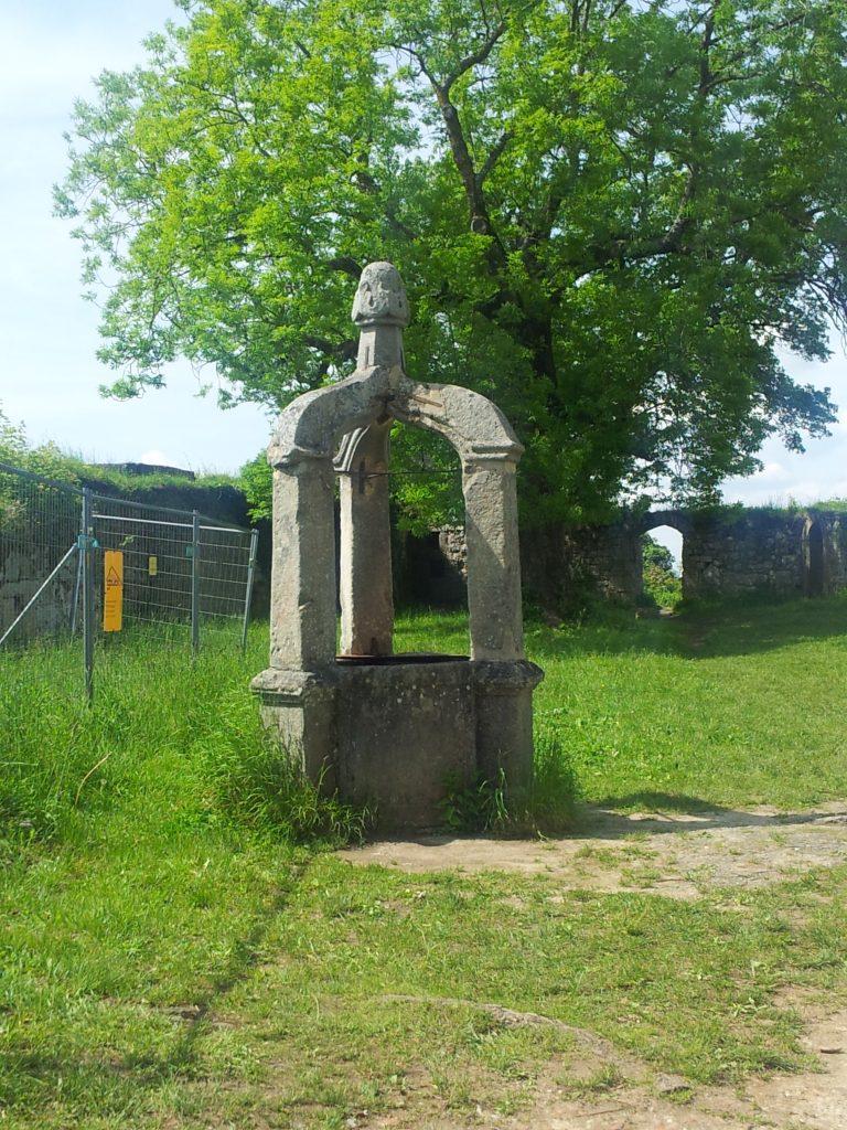 Leider keine grosse Erfrischung beim Wandern an der Burg Hohenurach mehr möglich: der Brunnen!
