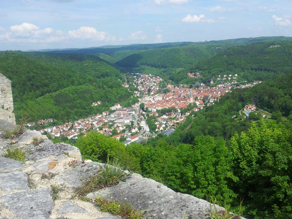Tolle Aussicht auf Bad Urach von der Burgruine Hohenurach im Maisental