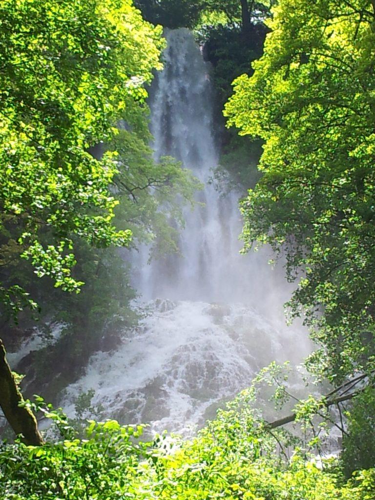 Nicht nur im Sommer eine tolle Abkühlung: auch im Winter ein Highlight. Die Wasserfälle in Bad Urach!