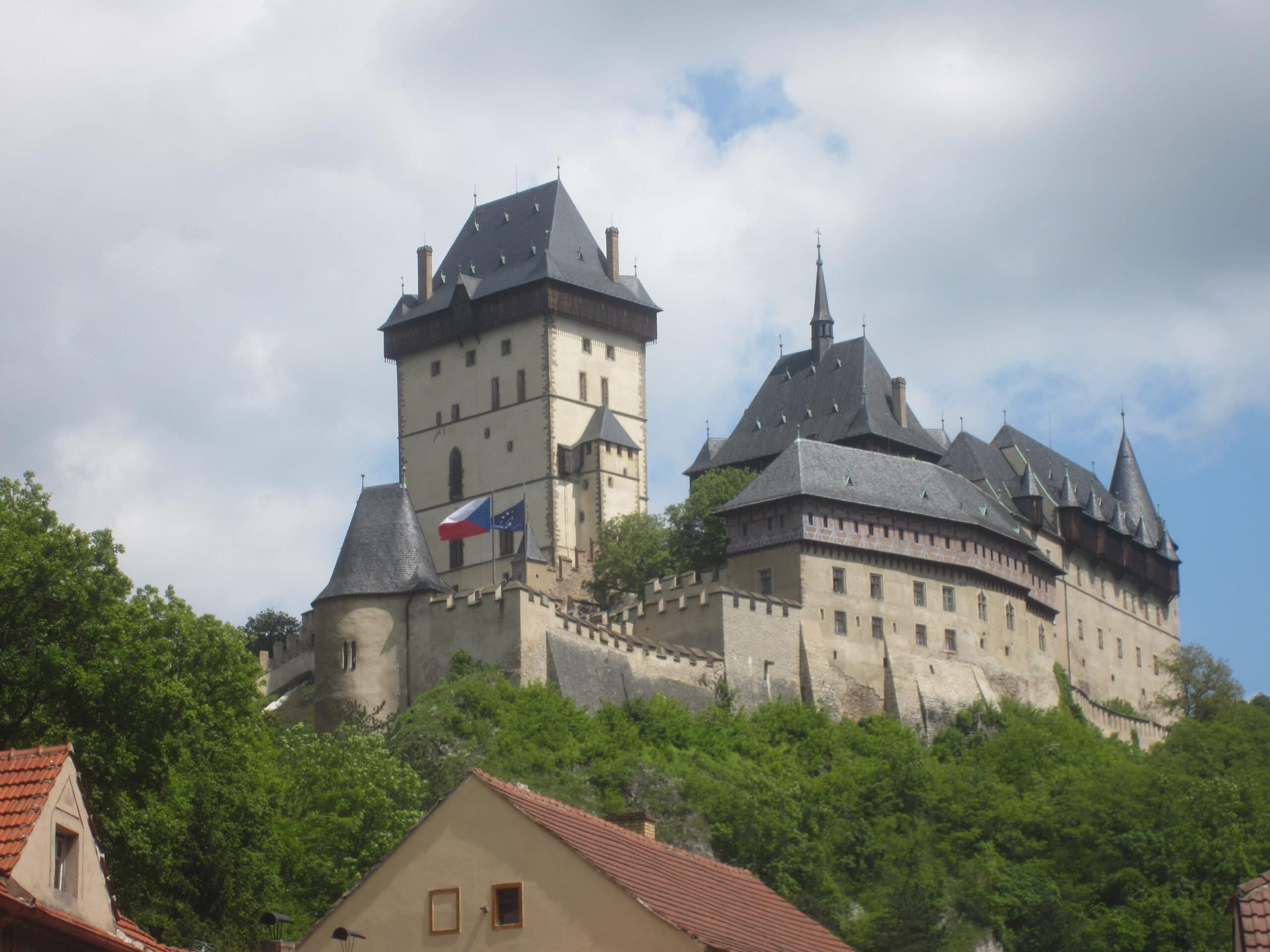 Wandern Sie z.B. von Beroun aus an der Berounka zur Burg Karlstein: eine wahrhaft märchenhafte Tour!
