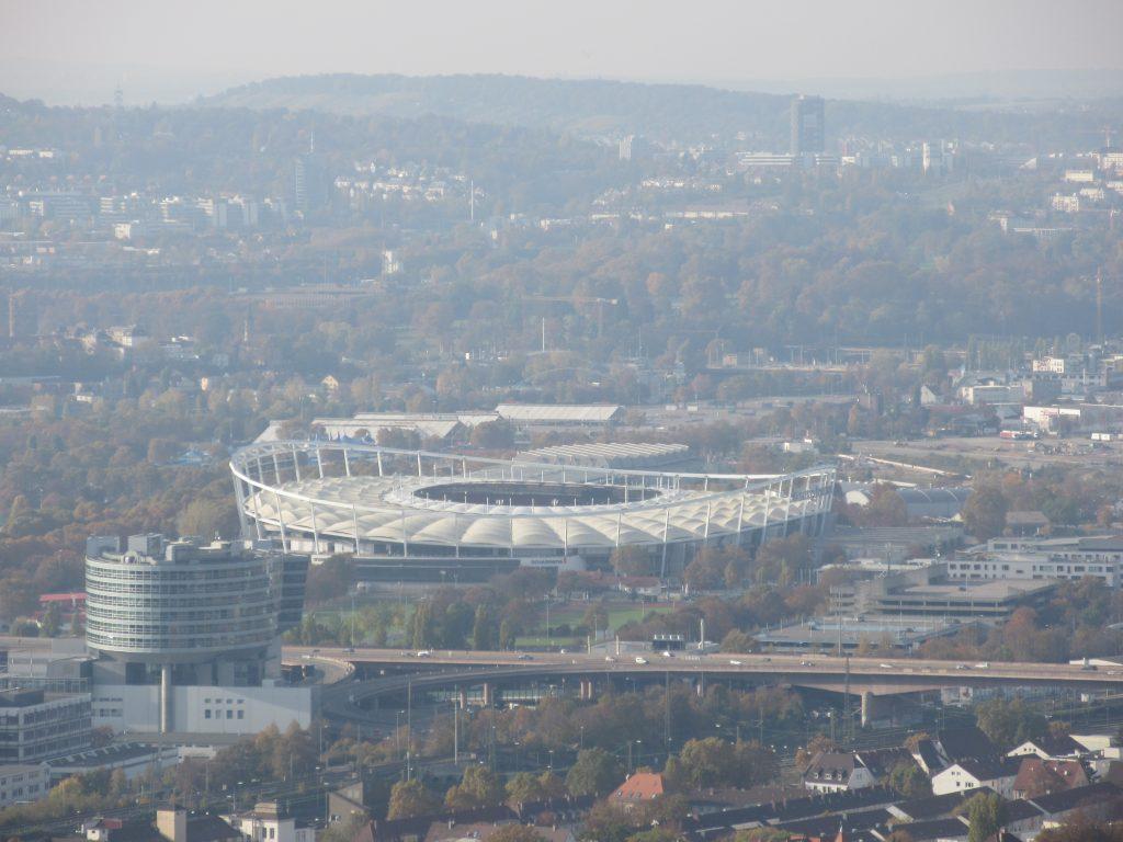 Auch die Mercedes Benz Arena ist beim Wandern auf dem Württemberg bestens erkennbar