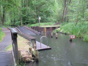 Eine Original Schleuse: kommt man beim Wandern im Spreewald nicht drum herum!