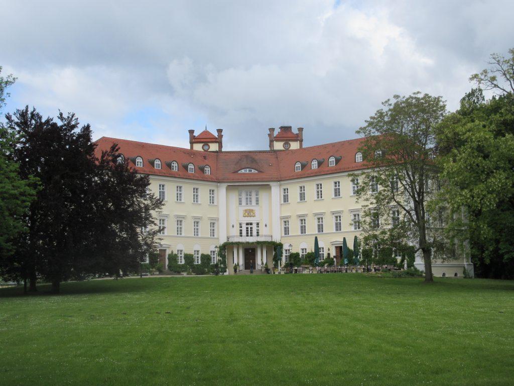 Ein Highlight im Spreewald, welches ihr auf keinen Fall verpassen solltet: das Schloss Lübbenau!