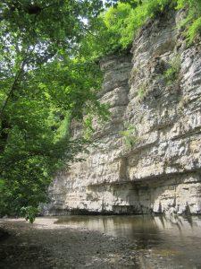 Die Felsen der Wutachschlucht laden beim Wandern zu einer Rast ein