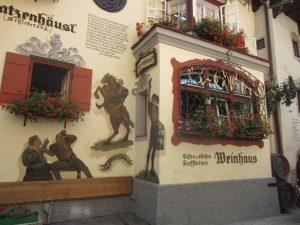 Im Auracher Löchl wurde nicht nur das berühmte Kufstein-Lief geschrieben; es ist wohl auch der urigste Ort, um nach getaner Wanderung eine ordentliche Mahlzeit einzunehmen!