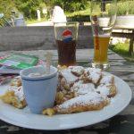 Das haben wir uns verdient: einen lecker Apfelstrudel im Anton-Karg-Haus bei phantastischer Aussicht auf das Stripsenjochhaus und den Wilden Kaiser!