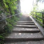 Vom Parkplatz am Eingang Kaiserbachtal müssen erst einige Höhenmeter überwunden werden!