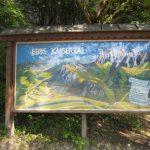 Diese Wanderkarte am Eingang zum Kaiserbachtal zeigt uns, welche Routen zum Wandern in Kufstein möglich sind!