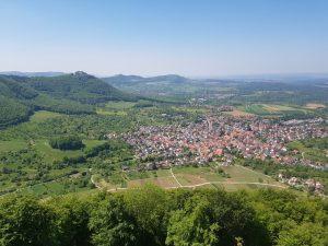 Der Beurener Fels bietet beim wandern eine tolle Aussicht auf Beuren und die Burg Hohenneuffen