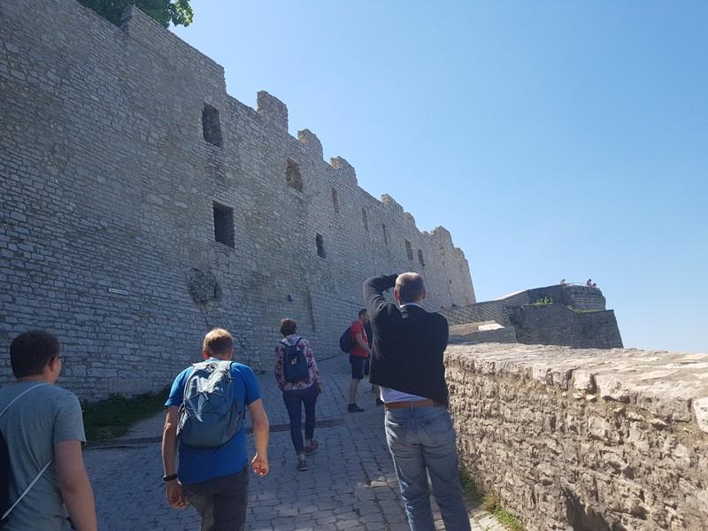 Fast geschafft: nur noch wenige Meter geht`s hinauf zum Innenhof der Burg Hohenneuffen!