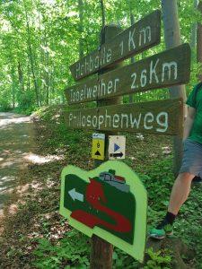 Wie wandern zur Burg Hohenneuffen? Entweder dem roten Weg folgen, oder querfeldein!