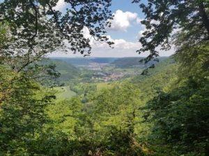 Der Blick beim Wandern auf dem Wald- und Wasserweg auf Bad Überkingen