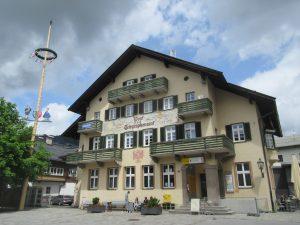 Wir wandern in St. Johann in Tirol auch am schönen Postamt vorbei.