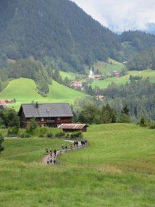 Hier kann man es sich gut gehen lassen: von der Alpe Dornach schauen wir den anderen beim Wandern Richtung Breitachklamm und Oberstdorf zu