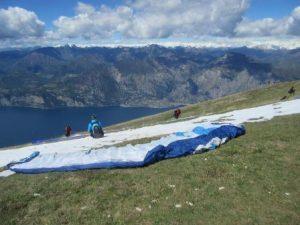 Die Schirme werden auf dem Monte Baldo ausgelegt, und die passende Windsituation abgewartet. Drumherum staunen Wanderer über die Flugkünste der anderen.