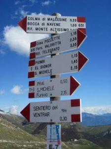 Welchen Weg sollen wir wandern? Der Monte Baldo zeigt uns verschiedene Möglichkeiten auf