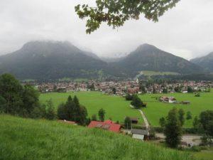 Wir starten unsere Wandertour zur Breitachklamm direkt aus Oberstdorf. Hier ein Blick zurück auf den Startpunkt.