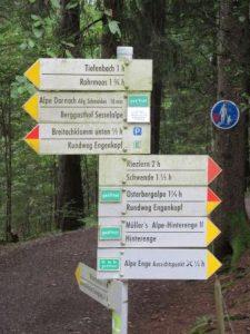 Wohin des Weges? Zahlreiche gut ausgeschilderte Wege rund um Oberstdorf laden nicht nur Richtung Klamm ein!