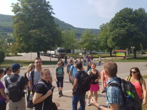 Auch bei den mit den Autos angereisten herrschte schon vor der Wanderung der Felsenrunde bei Bad Überkingen beste Laune!