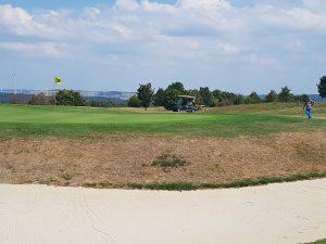 Nein, kein Sandkasten. Der Golfplatz liegt direkt an der Felsenrunder der Löwenpfade und lädt zum Essen und Trinken auf halber Strecke der Wanderung ein.