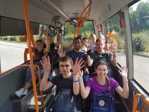 Gute Laune schon bei der Busfahrt zum Treffpunkt der Wandergruppe Felsenrunde der Löwenpfade in Bad Überkingen
