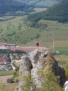 Kann man mal machen: Posieren auf der Felsenrunder der Löwenpfade bei Bad Überkingen!