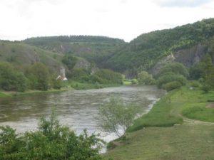 Wir wandern entlang der ruhig gelegenen Berounka durch Tschechien