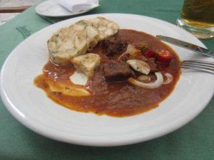 Hunger beim Wandern? Auch an der Berounka laden zahlreiche Pivnice zu klassischer böhmischer Kost ein!