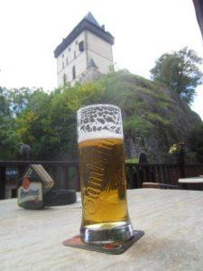 Was wäre eine Wanderung in Tschechien ohne Bier? Hier vor der Burg Karlstejn haben wir uns ein leckeres Gambrinus gegönnt!