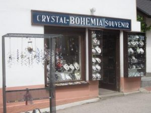 Hält uns nicht vom Wandern Richtung Berounka ab: diverse böhmische Souvenier-Läden an der Burg Karlstejn
