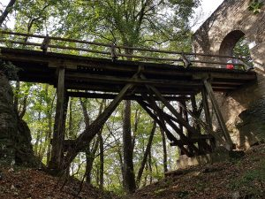 Wir wandern über die Brücke der Diepoldsburg nahe der Burg Teck