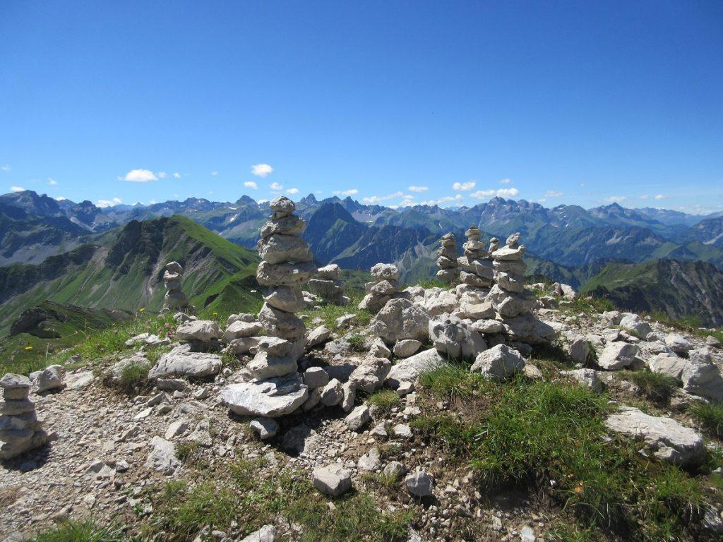 Türme aus Steinchen bauen und die Alpen im Hintergrund: immer wieder ein tolles Fotomotiv!