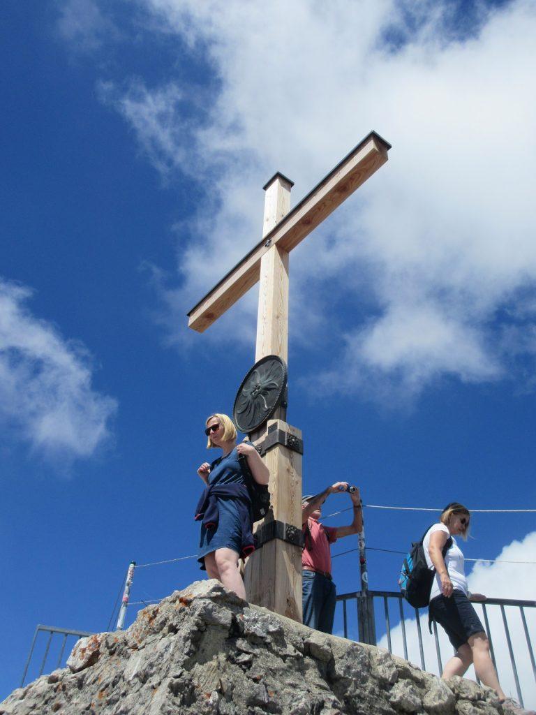 Am Gipfelkreuz am Nebelhorn werden erstmal Beweisfotos geschossen