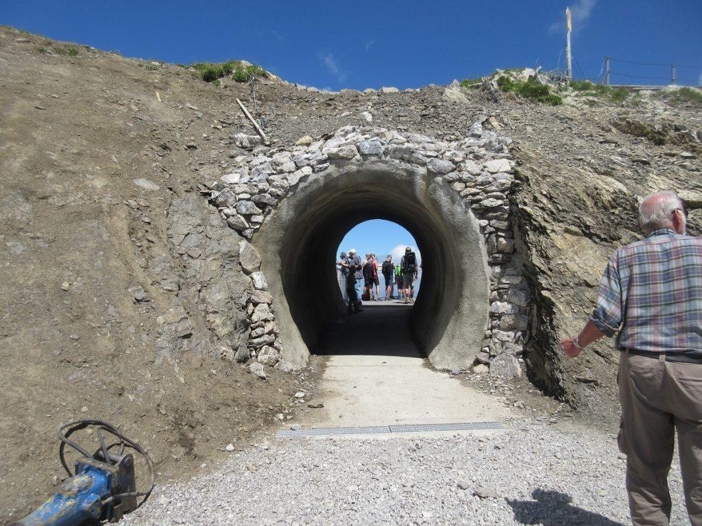 Auf dem Nebelhorn gibt es neuerdings diesen Mini-Tunnel, den jeder natürlich einmal durchlaufen muss!