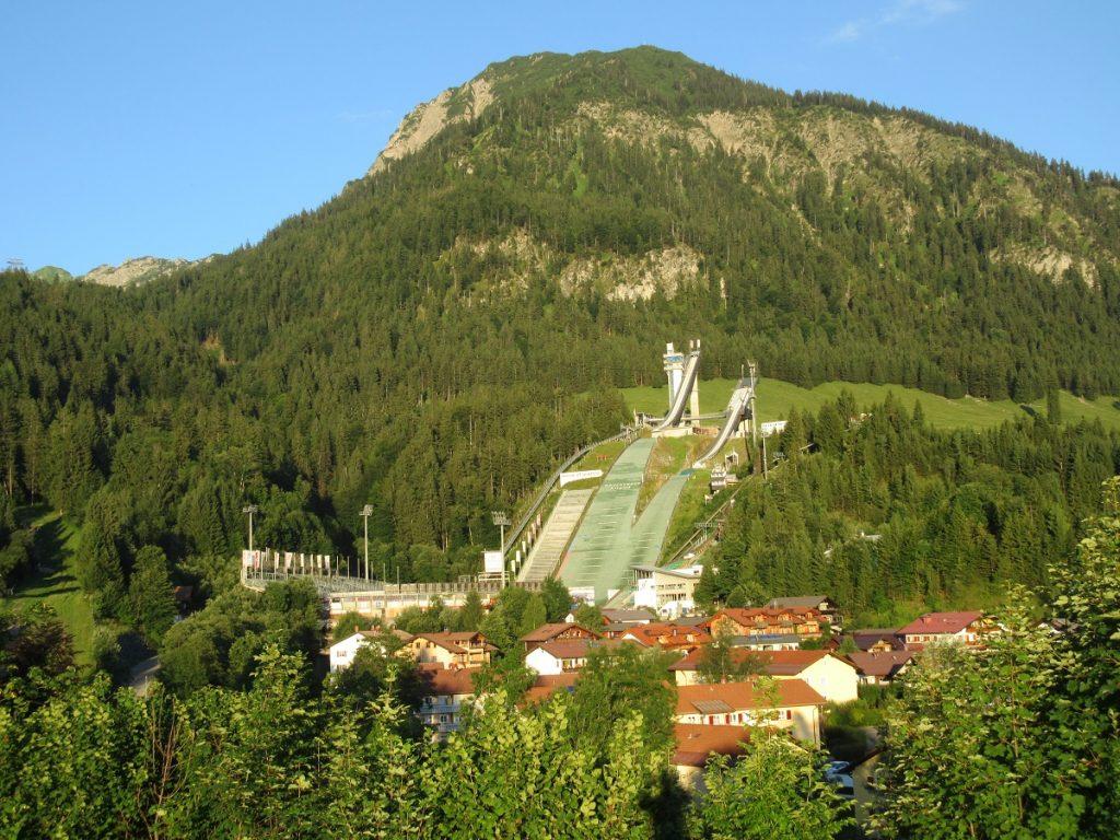 Neben der bekannten Skisprungschanze in Oberstdorf kann man auf das Nebelhorn wandern oder die Bergbahn nutzen!