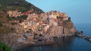 Durch die Cinque Terre wandern und die Aussicht auf Manarola am Abend geniessen!