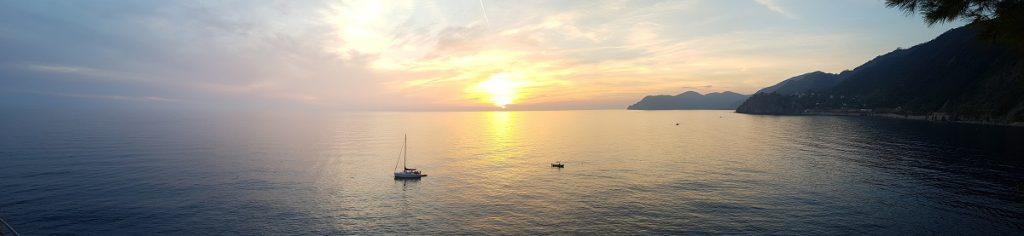 Wir waren in der Cinque Terre wandern. Ein toller Tag geht zu Ende. Inklusive wunderschönem Sonnenuntergang an der Küste von Ligurien!