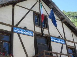 Auch diese Polizeiwache ist reine Filmkulisse am Pragser Wildsee!