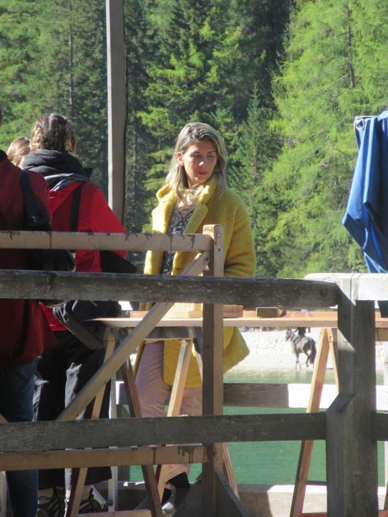 Die uns unbekannte italienische Schauspielerin war wohl weniger um den wunderschönen Bergsee sportlich unterwegs!