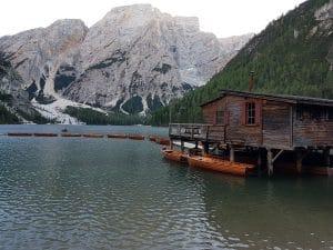 Das Bootshaus am Pragser Wildsee ist ein beliebtes instagram Fotomotiv