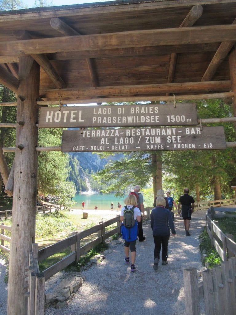 Wer am Lago die Braies wandern möchte, betritt das Gelände über diesen Eingang des Hotels.