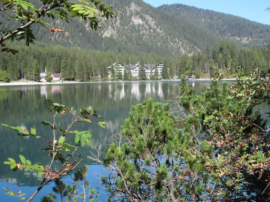 Blick aus der Ferne auf das Hotel Pragser Wildsee!