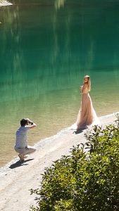 Dieser bezaubernde Ort lädt auch zu anderen Aktivitäten ein: ein Fotoshooting am Bergsee!