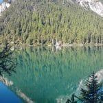 Klasse Spiegelung der Berge im kristallklaren Wasser vom Pragser Wildsee