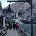 """Das Filmset zu einer Folge von """"Un passo dal cielo"""" am Bootshaus vom Pragser Wildsee"""