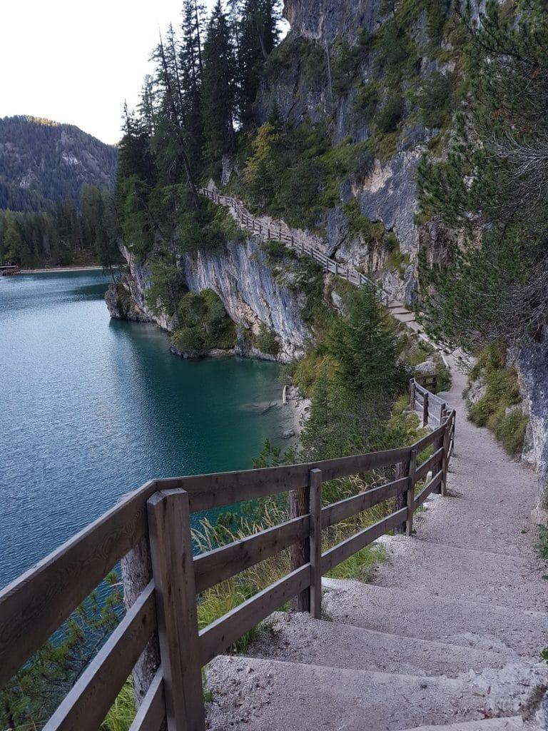 Eine Wanderung um den Pragser Wildsee ist ohne grössere Hindernisse zu bewältigen
