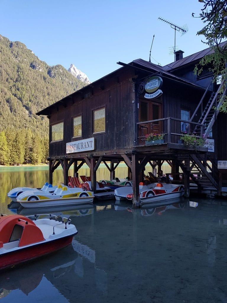 Wer um den Toblacher See wandern war, und noch nicht ausgepowert ist, der kann auch Tretboot fahren!