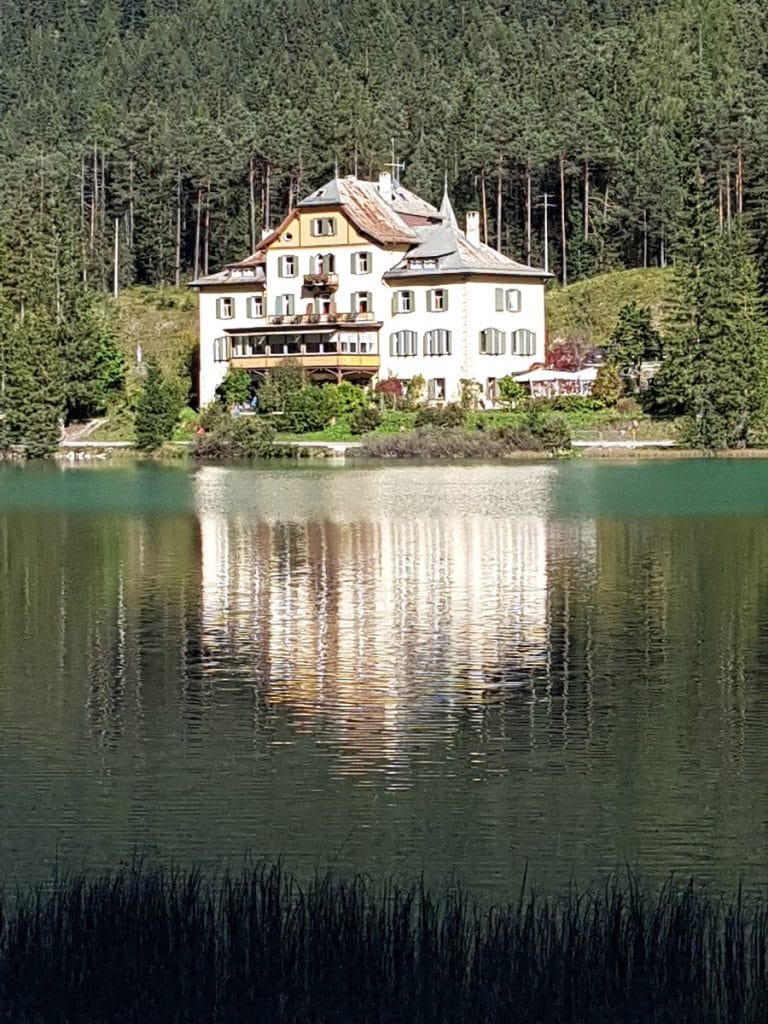 Ein Hotel direkt am Toblacher See